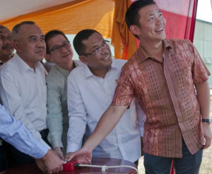APRIL Group Indonesia Operations Managing Director Tony Wenas (2nd from left), with Minister Saleh and Mr Tanoto, initiating the groundbreaking ceremony.