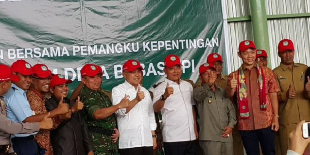 Riau Governor A Rachman, General Moeldoko and Anderson Tanoto giving the thumbs up to fire prevention initiatives led by APRIL Group