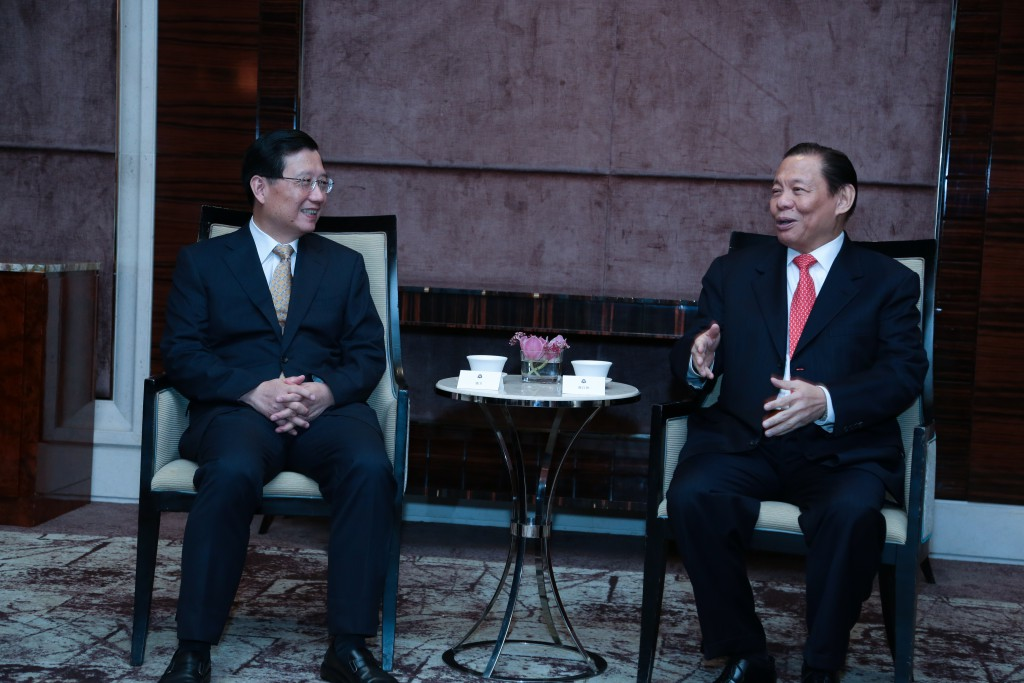 RGE Chairman Sukanto Tanoto (right) chats with Party Secretary of Jiangxi Province Qiang Wei.