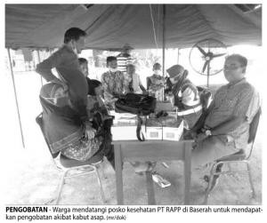 Residents visited PT RAPP Health Care Post in Baserah to have medical treatment due to smog. (Source: Metro Riau)