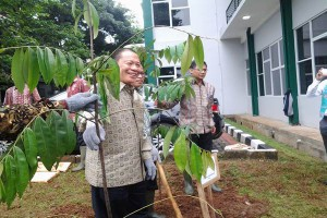 Mr Sukanto Tanoto marks the TFIC launch by planting trees around the complex.