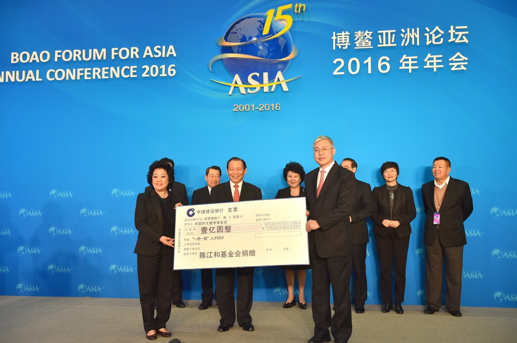Mr and Mrs Sukanto Tanoto present a cheque to support One Belt, One Road talent training programmes.