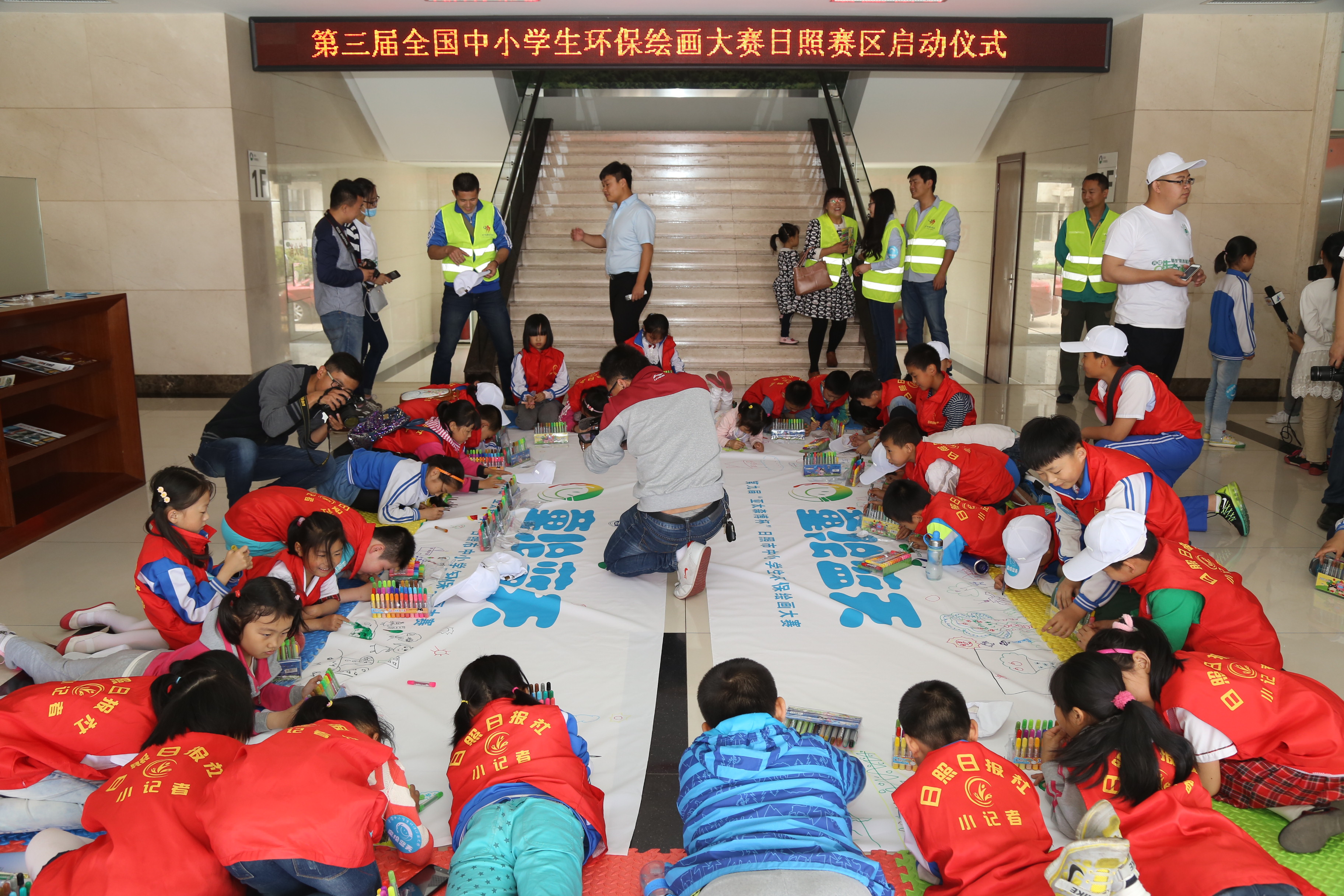 Asia Symbol (Shandong) launched its ninth annual Environmental Protection Painting Competition on June 5 (also World Environment Day), inviting over 40 school children to decorate the competition's banners with their artistic interpretations of safeguarding the environment.