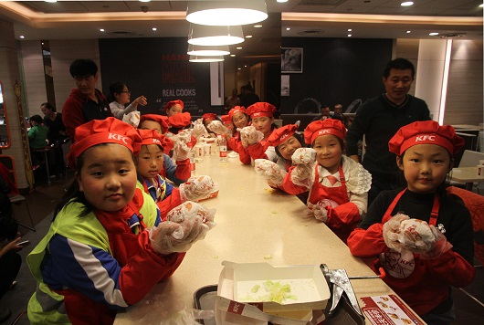 """Hand-in-Hand, You-and-Me"" as Asia Symbol Staff Warm the Weekend of ""Left-behind"" Children in Rizhao"