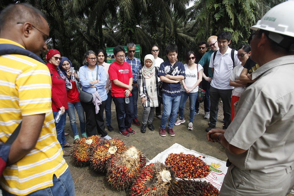 Study Trip to Pangkalan Kerinci by Master Students from the Lee Kuan Yew School of Public Policy