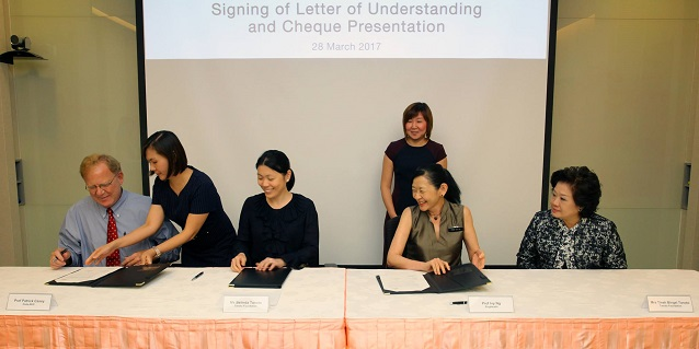 (Seated from left to right) Prof Patrick Casey, Senior Vice Dean, Duke-NUS Medical School, Ms Belinda Tanoto, Prof Ivy Ng signing the Letter of Understanding, witnessed by Ms Tinah Bingei Tanoto, Founder and Trustee, Tanoto Foundation,