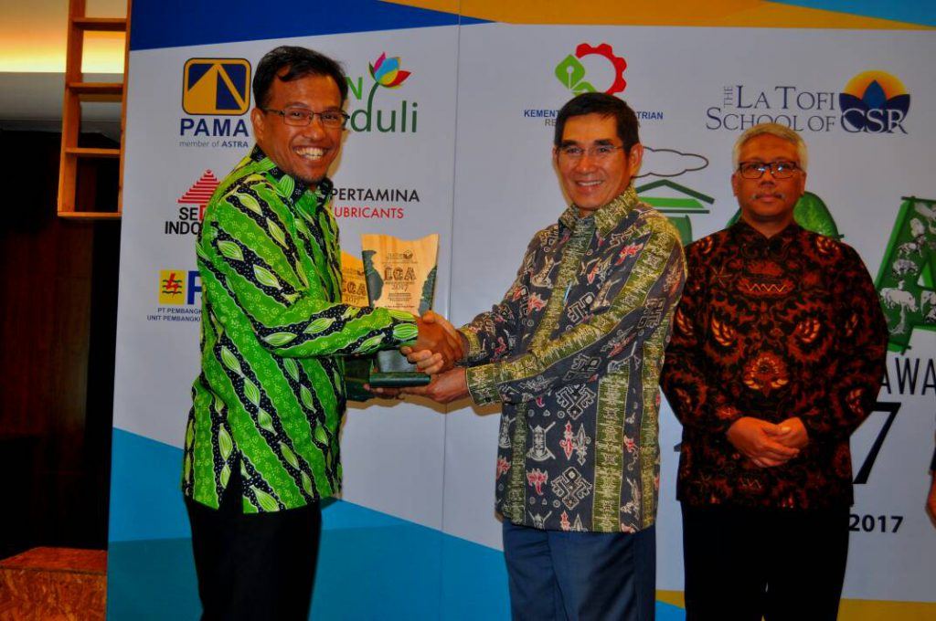 """APRIL Director, Rudi Fajar receives Indonesia Green Awards 2017 from La Tofi School of CSR Jakarta. APRIL took home awards in the """"Biodiversity Development and Energy Efficiency"""" and """"New and Renewable Energy Development"""" categories."""