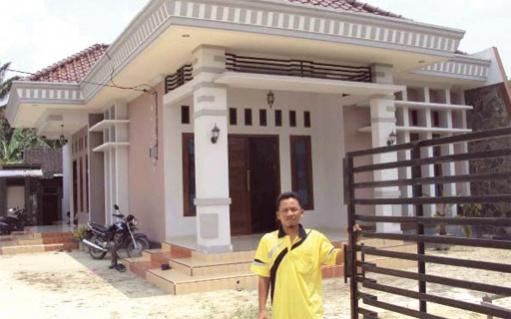 Siswoyo at his house