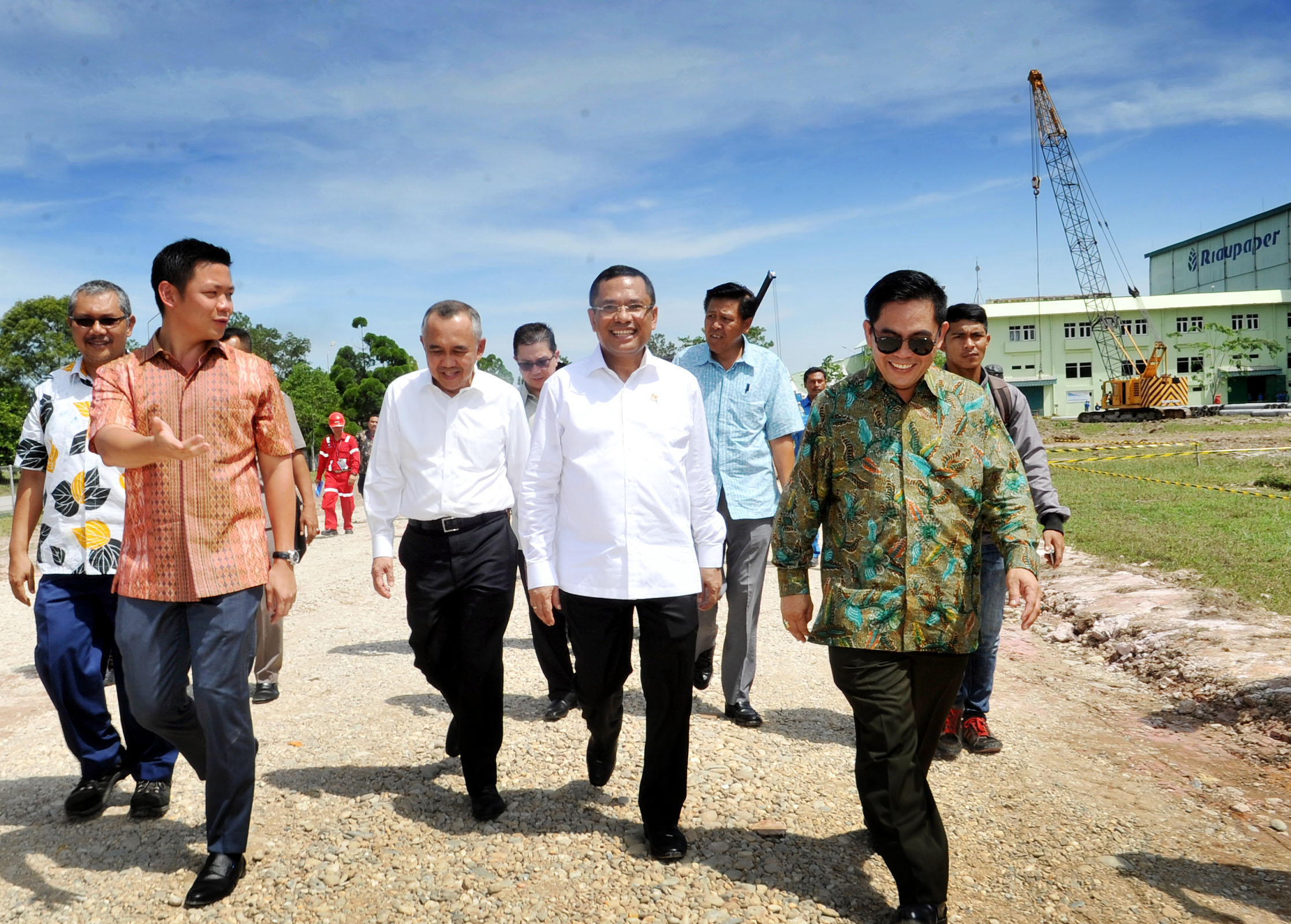 Industry Minister Saleh Husin (centre) walks with RGE Director Anderson Tanoto through APRIL Group's paper mill facilities in Pangkalan Kerinci. (Image source: The Jakarta Globe)