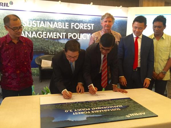 SFMP 2.0 signing ceremony with RAPP President Director Tony Wenas, APRIL Group President Praveen Singhavi, SAC Chairman Joe Lawson and RGE Director Anderson Tanoto