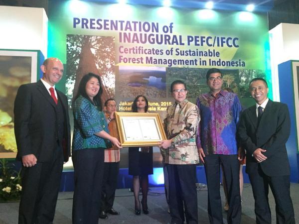 Tony Wenas holding APRIL's PEFC/IFCC certification