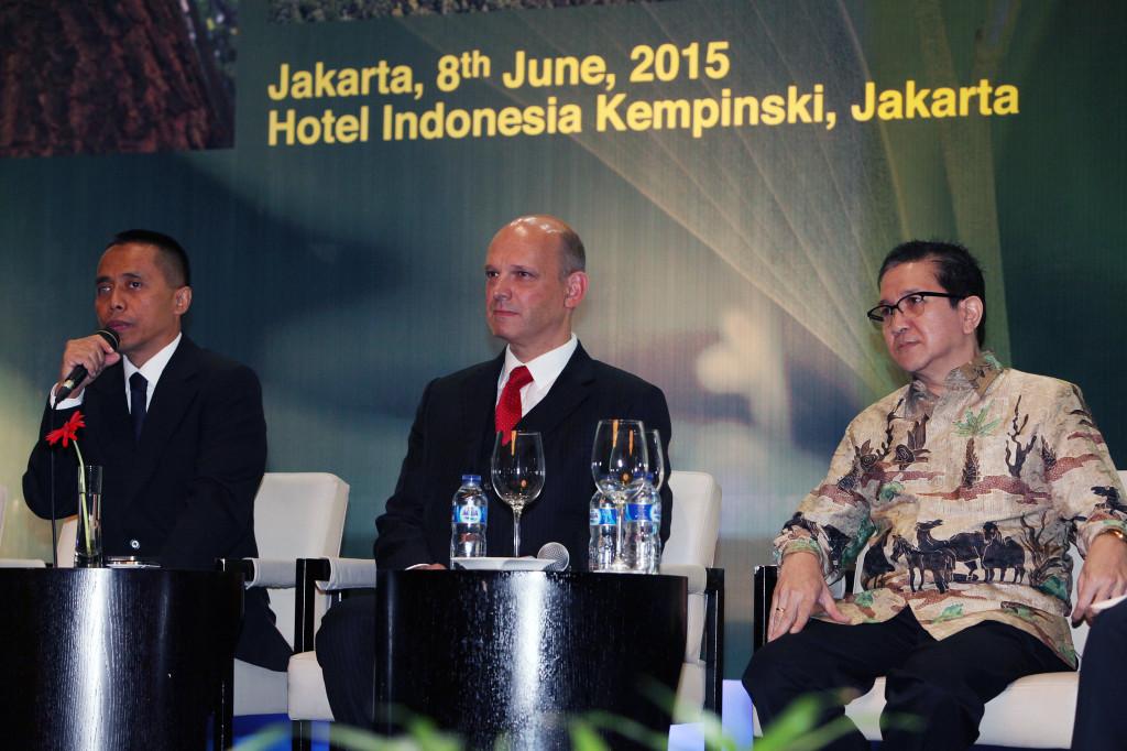 Tony Wenas (right) with Ben Gunneberg (centre) and Drajad Wibowo (left). Image source: Jakarta Globe