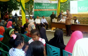 Asian Agri Managing Director Kelvin Tio speaks at the cooking oil bazaar.