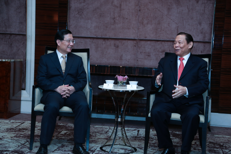 RGE Chairman Sukanto Tanoto (right) chats with Party Secretary of Jiangxi Province Qiang Wei.