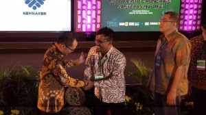 RAPP director Rudi Fajar (middle) being congratulated and receiving the awards