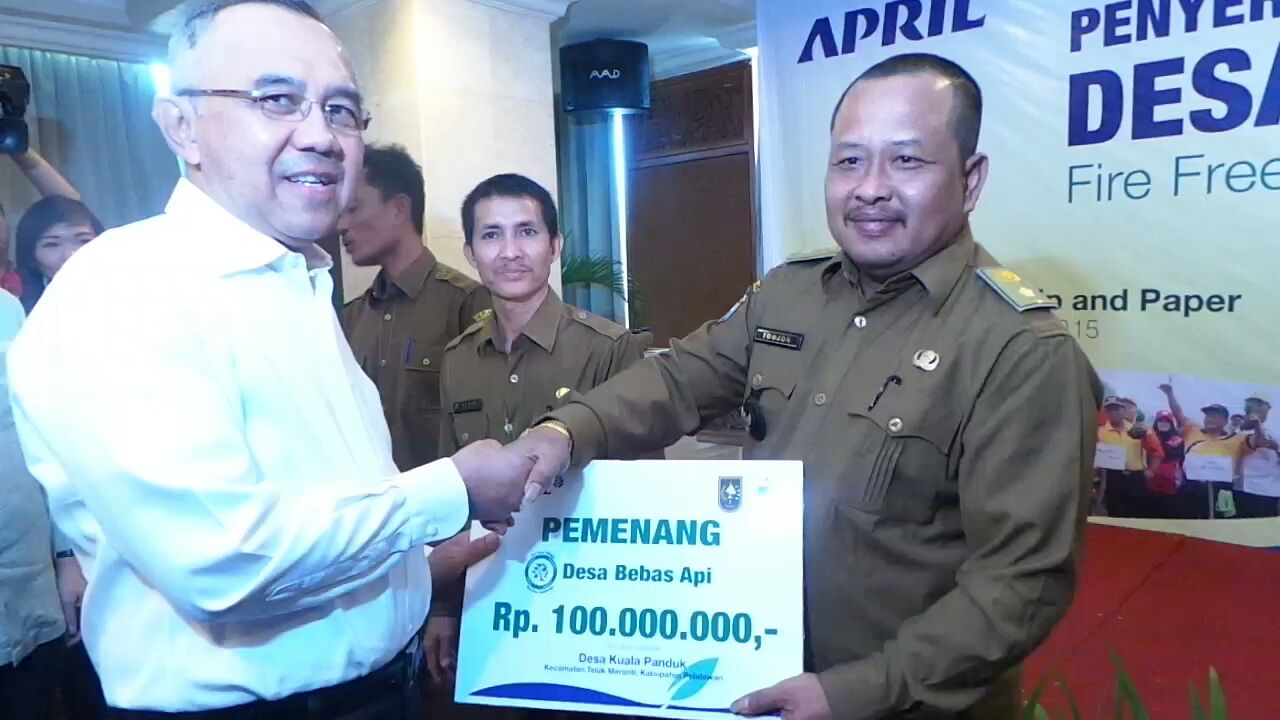 Riau Governor hands out fire free village programme award - Jawapos