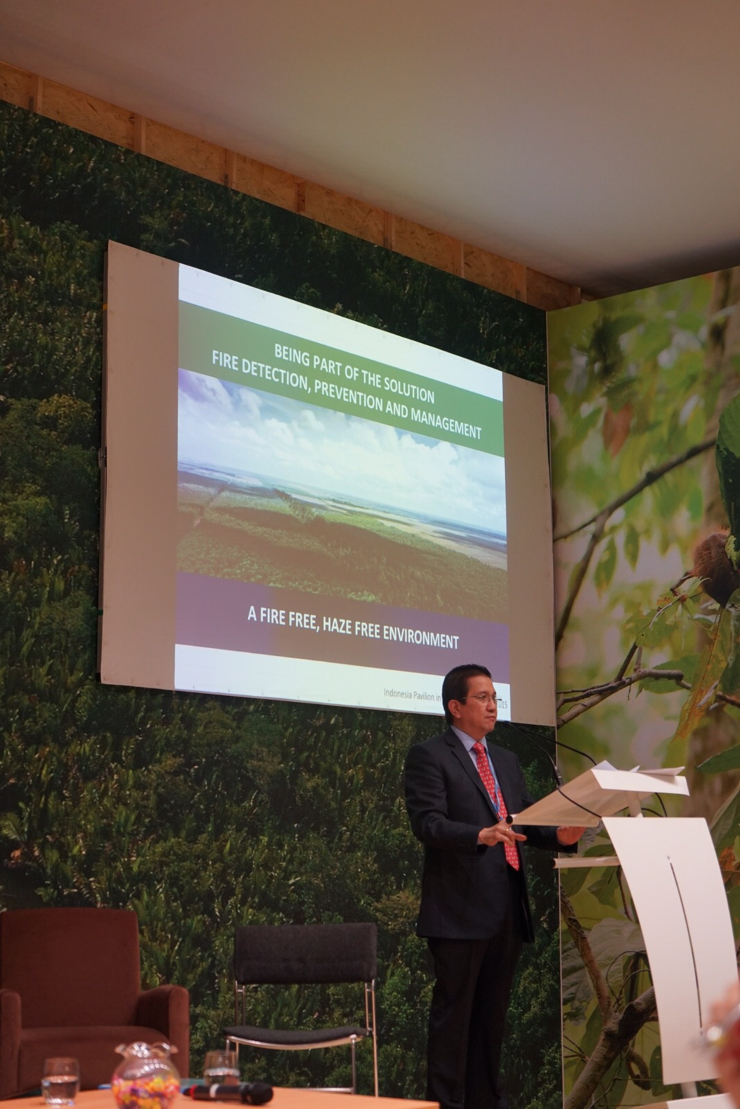 Managing Director Tony Wenas delivers a presentation on the Fire-Free Village Programme and the positive impact it has had on prevention and management of fire in Riau.