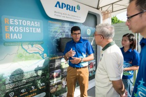 APRIL Group President Praveen Singhavi shares with NParks Assistant CEO Kong Yit San the Restorasi Ekosistem Riau programme, which covers more than twice Singapore's land area.
