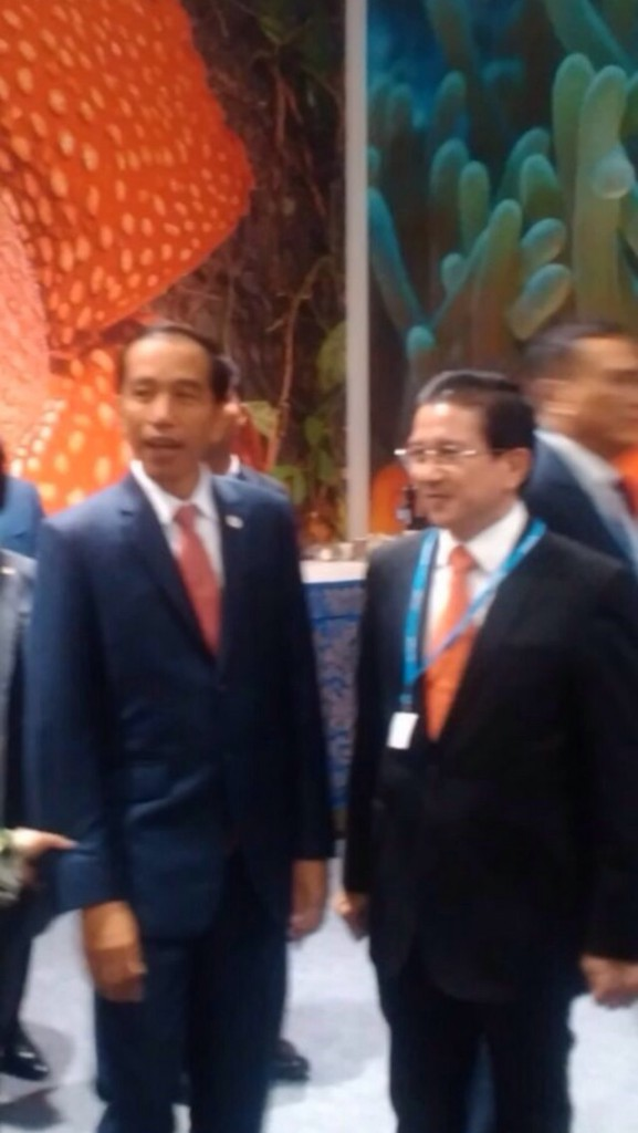 President Jokowi and Tony Wenas having a chat. Apologies for the photo quality.
