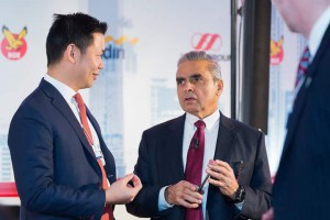 Anderson Tanoto speaks with Prof Kishore Mahbubani after the Indonesia Lunch Dialogue