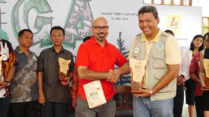 PT RAPP Fire Prevention Manager Sailal Arimi receives the award from Mr La Tofi, Chairman of The La Tofi School of CSR. (Image source: Tribun Pekanbaru)