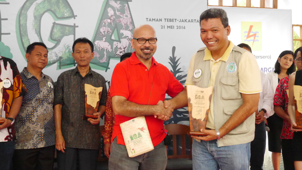 PT RAPP Fire Prevention Manager Sailal Arimi receives the award from Mr La Tofi, Chairman of The La Tofi School of CSR. (Image source: Tribun Pekanbaru)