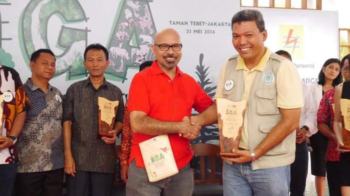 PT RAPP Fire Prevention Manager Sailal Arimi receives the award from Mr La Tofi, Chairman of The La Tofi School of CSR.