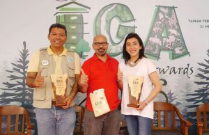 APRIL Group's Sailal Arimi and Sustainability Head Dian Novarina with their awards.