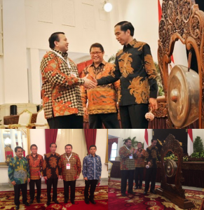 Public Relations Associaiton of Indonesia (PERHUMAS) Chairman Agung Laksamana meets President Joko Widodo at opening of the National Convention of Public Relations (KNH) 2015 in Jakarta.