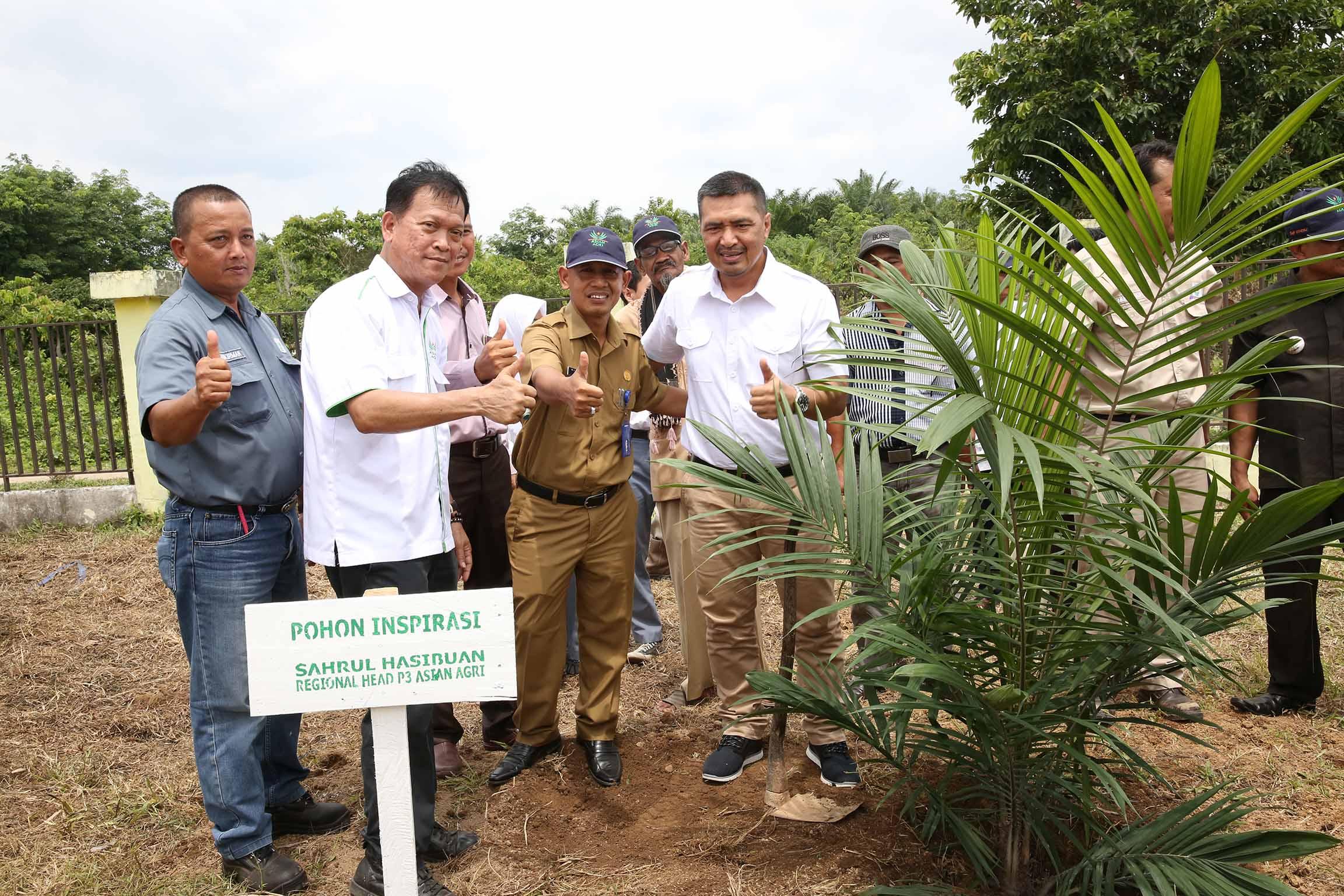 Mr. Rizal, Regional Secretariat of Batanghari District, Jambi, inaugurates the Sekolah Sawit Lestari program, witnessed by Asian Agri Management