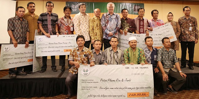 Asian Agri Commits IDR 2.6 Billion to 29,000 Smallholders of Oil Palm Plantations
