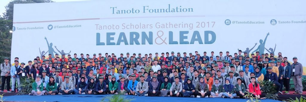Anderson Tanoto stands with Tanoto Scholars - beneficiaries who receive scholarships and are nurtured to be leaders of the future.