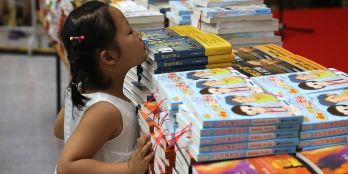 Asia Symbol Distributes Over 1,000 Books To Rizhao Community